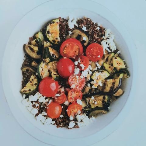 Insalata fredda di quinoa rossa e verdure grigliate